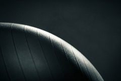Skinande yogaboll på mörk bakgrund Arkivbild