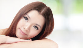 Skincare妇女微笑放松姿势 免版税库存图片