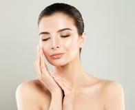 Skincare概念 有新鲜的皮肤的温泉妇女 库存图片