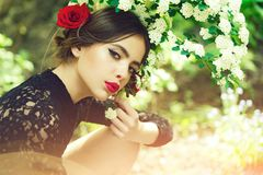 Skincare, νεολαία, υγεία η ομορφιά και η μόδα, κορίτσι με το ισπανικό makeup, αυξήθηκαν στην τρίχα Στοκ Φωτογραφίες