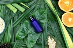 Skincare косметик с выдержкой Витамина C, косметическими контейнерами бутылки капельницы с свежими оранжевыми кусками Стоковые Изображения RF