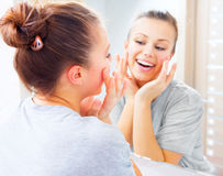 Skincare 新美丽的十几岁的女孩 免版税库存图片