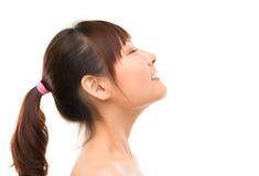 亚洲skincare妇女侧视图深呼吸刷新 库存图片