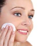 Skincare attraktives Mädchen, das Gesichtssatz anwendet lizenzfreies stockfoto