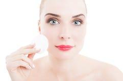 Skincare begrepp med kvinnan som använder disketten för bomullsframsidarengöringsmedel Arkivbilder
