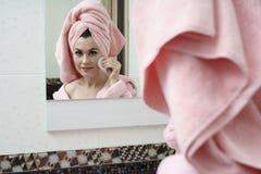 Skincare Bild av den ansade kvinnan som använder framsidauppiggningsmedel Fotografering för Bildbyråer