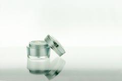 Skincare brunnsort eller skönhetsmedelprodukt på vit bakgrund Fotografering för Bildbyråer