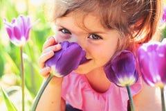 Skincare da cara Alergia ?s flores Tulipas da primavera forma da menina do ver?o da previs?o de tempo Inf?ncia feliz pouco imagens de stock