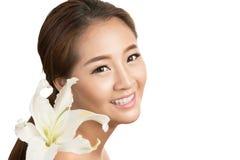 Skincare de jeune beau visage de femme avec la fleur fraîche Photographie stock libre de droits