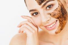 Skincare del fronte La giovane ragazza affascinante fa una maschera nera o del carbone immagine stock