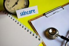 Skincare en la inspiración del concepto de la atención sanitaria en fondo amarillo fotografía de archivo