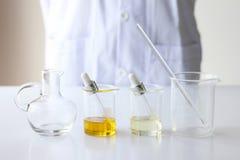 Skincare för vetenskaper för skönhetskönhetsmedel för formulera och blandnings, med växt- extrakt, forskare förbereder organiska  Royaltyfri Fotografi