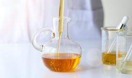 Skincare för vetenskaper för skönhetskönhetsmedel för formulera och blandnings, med växt- extrakt, forskare som häller organisk n Royaltyfria Foton