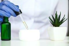 Skincare för vetenskaper för skönhetskönhetsmedel för formulera och blandnings, med royaltyfri bild