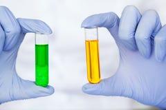 Skincare för vetenskaper för skönhetskönhetsmedel för formulera och blandnings, med växt- extrakt, forskare för att förbereda org arkivbild