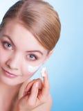 Skincare. Framsida av flickan för ung kvinna med kräm Arkivbild