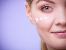 Skincare Framsida av flickan för ung kvinna som tar omsorg av torr hud Fotografering för Bildbyråer