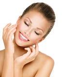 Skincare Frau, die mit geschlossenen Augen lächelt Lizenzfreies Stockbild