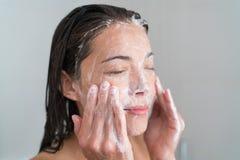 Skincare kobiety domycia twarz w prysznic zdjęcia stock