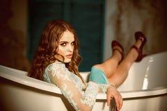 Skincare skincare kosmetyki dla kobiety obsiadania w skąpaniu Śliczny i Elegancki fotografia royalty free