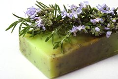Skincare, natürliche Rosmarinseife. stockfotografie