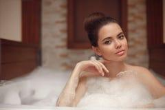 Skincare salud Mujer joven que se relaja en el balneario del baño del Jacuzzi, Br Fotografía de archivo