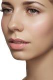 Skincare & smink. Kvinnan vänder mot med rent skina flår & ny rouge Arkivbild
