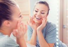 Skincare Ung härlig tonårs- flicka som trycker på hennes framsida Arkivfoton