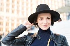Skincare ungdom, anlete Kvinna i leende för svart hatt på trappa i paris, Frankrike, mode Skönhet blick, makeup Mode tillbehör, s Royaltyfri Fotografi