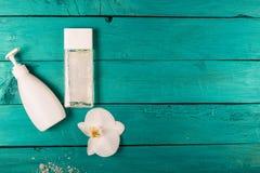 Skincare-Wesensmerkmale auf einem hölzernen Hintergrund Stockbilder