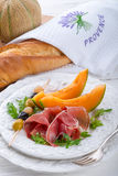 Skinka med melon och oliv Royaltyfri Bild