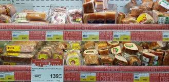 Skinka och korvar i en supermarket royaltyfria bilder