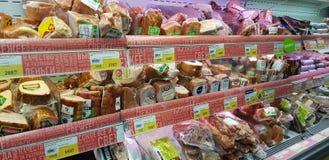 Skinka och korvar i en supermarket arkivfoto