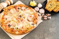 skinka- och korvpizza Royaltyfri Foto