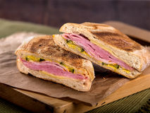 Skinka och ost rostad paninismörgås Arkivbilder
