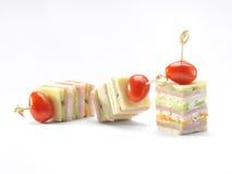 Skinka-, ost-, morot- och gurkacanape, studioskott Royaltyfri Fotografi