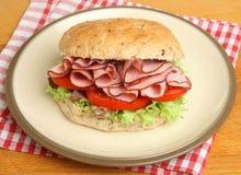 Skinka- & tomatrullsmörgås på plattan Arkivfoto