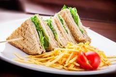 Skinksmörgås med lettyce- och potatischiper Royaltyfri Fotografi