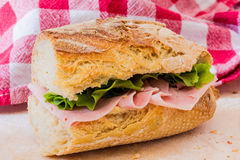 Skinksmörgås med sallad Royaltyfri Fotografi