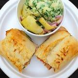 Skinksmörgås och sallad Arkivfoto