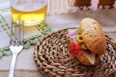Skinksmörgåsen med tomater en ost på ett blandat kärnar ur bröd Royaltyfri Fotografi