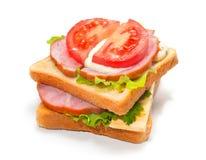 Skinksmörgås med ost, tomater och grönsallat Royaltyfri Fotografi