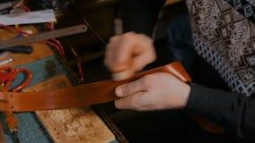 Skinner che lavora con la cinghia di cuoio stock footage
