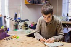 Skinner, das mit Nerzpelzhaut arbeitet Lizenzfreies Stockfoto