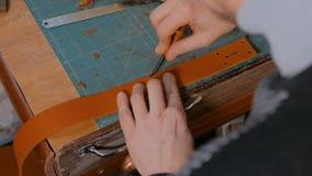 Skinner pracuje z rzemiennym paskiem zdjęcie wideo