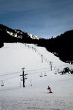 Skiort-Anfänger-Hügel mit Mädchen Lizenzfreie Stockfotos