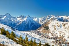 Skiort in den Alpen stockfotos