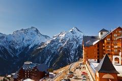 Skiort in den französischen Alpen stockfotografie