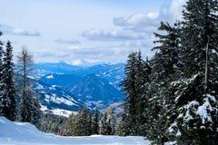 Skiort in den ?sterreichischen Alpen stockfotografie