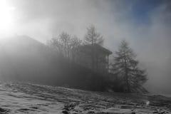 Skiort im Nebel Stockbilder